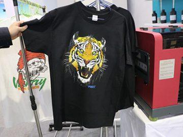 Черная футболка дисплей